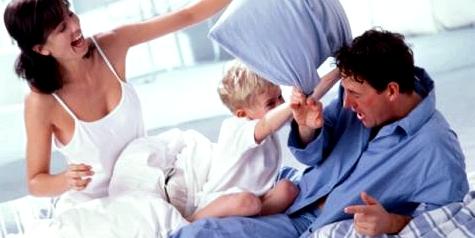 Eine Familie macht eine Kissenschlacht