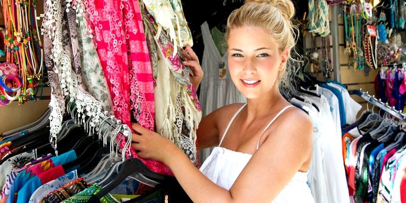 Junge Frau kauft Klamotten