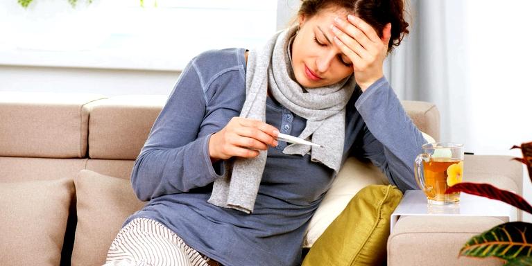 Eine FSME-Infektion kann ganz ohne Symptome ablaufen. Bei machen Erkrankten können nach ein bis drei Wochen aber grippeähnliche Symptome auftreten