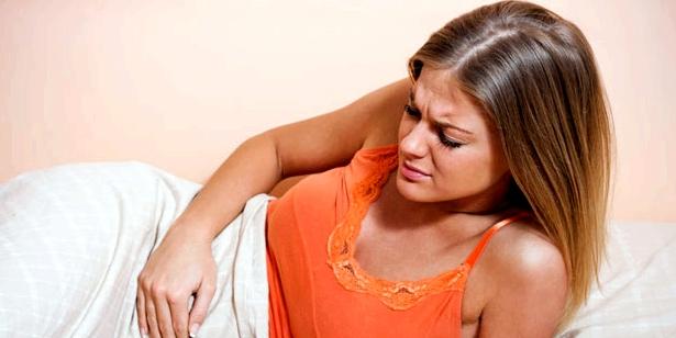 Frau mit PMS hat Schmerzen
