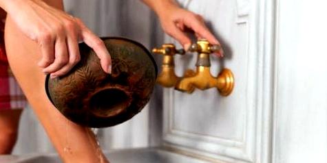 Kaltes Wasserbad für die Beine – aktive Hilfe gerade auch bei Krampfadern