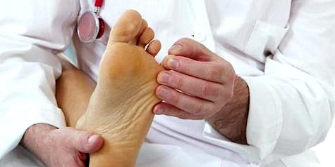 Fußchirurg stellt Diagnose bei Hallx valgus