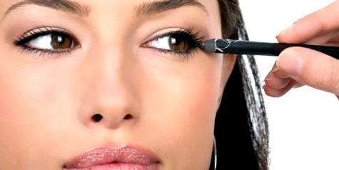 Gerade für Brillenträgerinnen ist das richtige Augen-Make-up wichtig