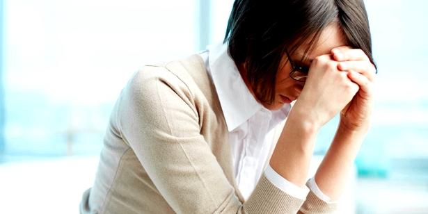 Müdigkeit und Konzentrationsprobleme sind Begleiterscheinungen bei kalten Händen