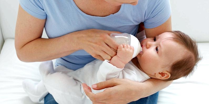 Zur Laktoseintoleranz-Behandlung bei Babys empfiehlt sich eine spezielle laktosefreie Säuglingsnahrung