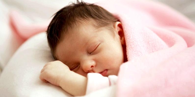 Bei Babys, die unter einer Unverträglichkeit leiden, treten die ersten Laktoseintoleranz-Symptome schon nach der ersten Stillmahlzeit auf