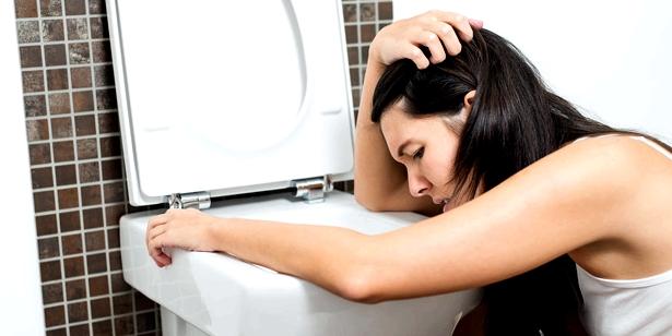 Bauchkrämpfe, Übelkeit und Erbrechen können erste Symptome einer Vergiftung sein