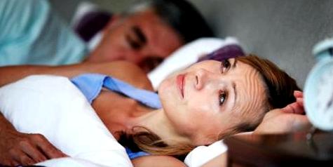 Frau mit Einschlafproblemen