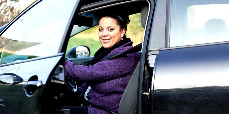 Gemma B. im Auto