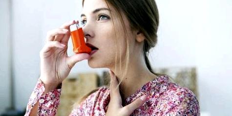 Eine Frau mit Asthma inhaliert