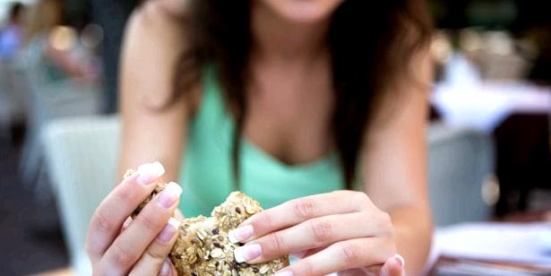 Brot kann die Schleimhaut verletzen und zu Aphthen führen