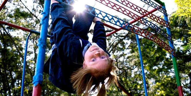 Kinder fallen beim Spielen schon mal auf den Kopf - woran Sie eine Gehirnerschütterung erkennen