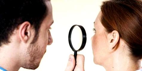 Hautarzt untersucht Spätakne