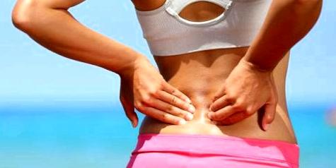 Frau mit chronischen Rückenschmerzen