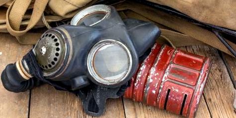 Sarin ist eines der tödlichsten Giftgase weltweit. Eine Gasmaske allein schützt nicht, denn der Körper nimmt Sarin auch über die Haut auf