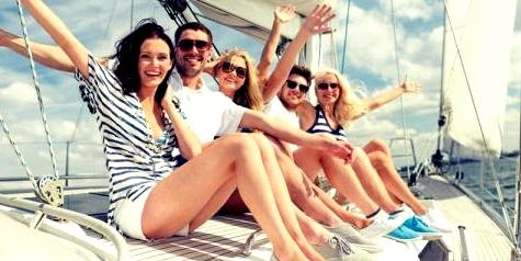 Freunde auf einer Yacht