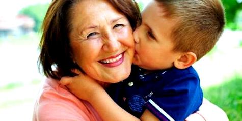 Oma mit Enkel nach Masernimpfung