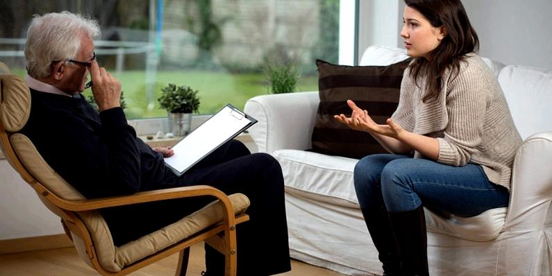 Patientin erhält Counseling vor der Tinnitus-Behandlung