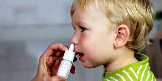 Bei Kindern mit Hodenhochstand hilft ein Hormon-Nasenspray