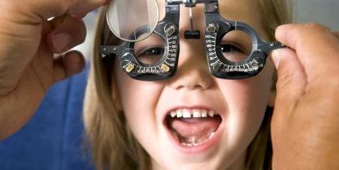 Kind bei Augenarzt