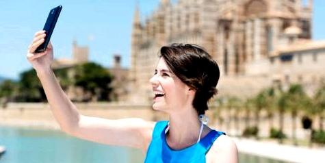 Frau nimmt ein Selfie auf