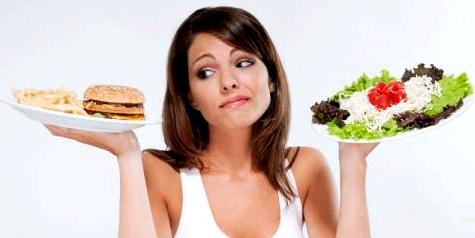 Frau hält zwei Teller mit Essen in ihren Händen
