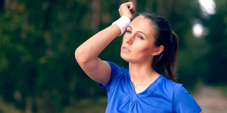 Frau schwitzt beim Sport