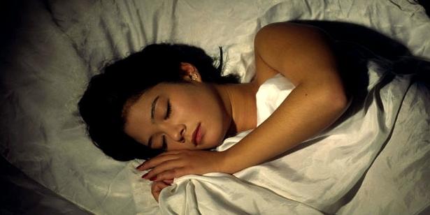 Bei einer Migräne-Attacke helfen Ruhe und Schlaf