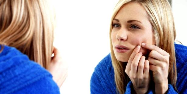 Pickel sollten Sie niemals selbst ausdrücken. Überlassen Sie das dem Hautarzt oder einer gut geschulten Kosmetikerin