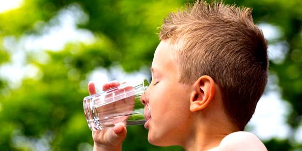 Bei Enuresis Trinkverhalten des Kindes kontrollieren