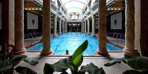 Im Schwimmbad sollten Sie Badelatschen tragen