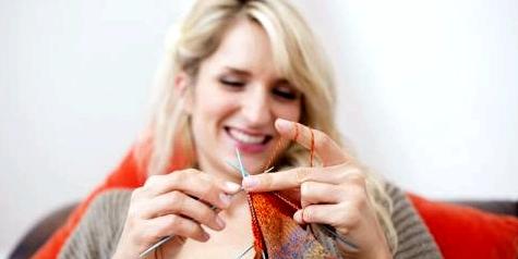 Eine Frau strickt
