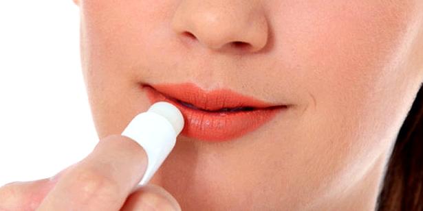 Lippenpflege beugt eingerissenen Mundwinkeln vor